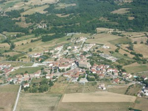 Vue aérienne du village de Préaux